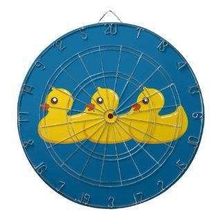 Duckies de goma amarillo en un Dartboard de la fil Tabla Dardos