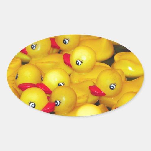 Duckies de goma amarillos lindos pegatina ovalada