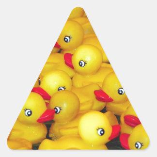 Duckies de goma amarillos lindos pegatina triangular