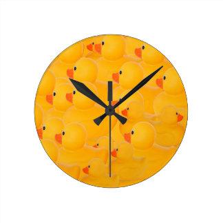 Duckies de goma - uno que mira la otra manera reloj redondo mediano
