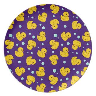 Duckies de goma y placa púrpura de los niños de la plato