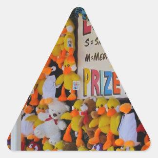 Ducky afortunado de los días del carnaval pegatina triangular