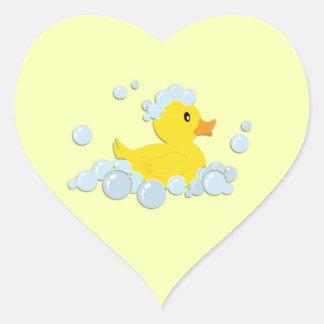 Ducky de goma en burbujas pegatina en forma de corazón