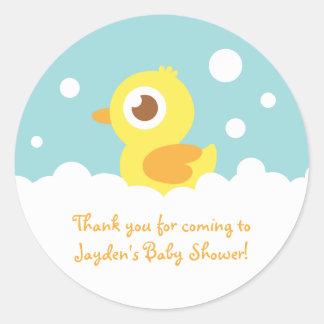 Ducky de goma lindo en baño de burbujas pegatina redonda
