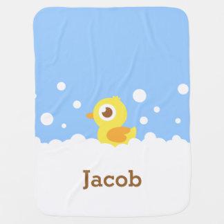 Ducky de goma lindo en el baño de burbujas para el manta de bebé