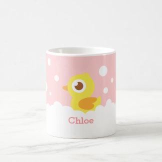 Ducky de goma lindo en el baño de burbujas para taza de café