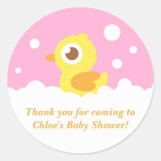 Ducky lindo en el baño de burbujas para la fiesta pegatina redonda