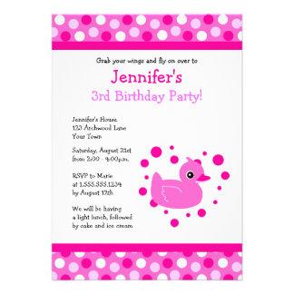 Ducky rosados lindos con cumpleaños de los lunares