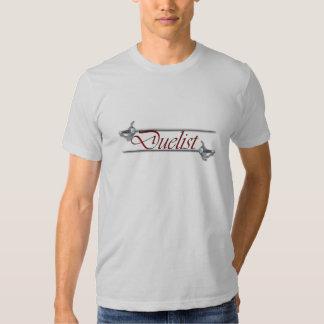 Duelist rojo de la letra que cerca la camiseta playeras