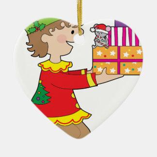 Duende con el presente adorno navideño de cerámica en forma de corazón
