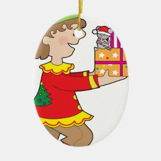 Duende con el presente adorno navideño ovalado de cerámica