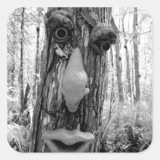 Duende del árbol en un árbol de Cypress grande Pegatina Cuadrada