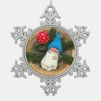 Duende del bebé de la arcilla del polímero con el  adorno de peltre en forma de copo de nieve