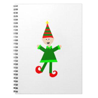 Duende del navidad con el gorra rayado verde y libro de apuntes con espiral