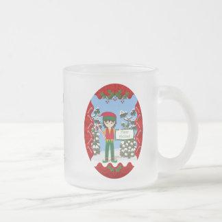 Duende del navidad con la taza de los bastones de