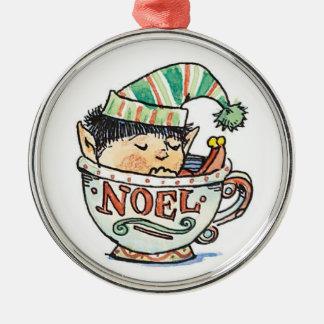 Duende del navidad del dibujo animado que duerme adorno redondo plateado