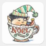 Duende del navidad del dibujo animado que duerme e calcomanía cuadradas personalizadas