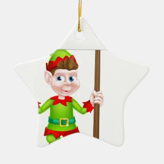 Duende del navidad que lleva a cabo la muestra adorno navideño de cerámica en forma de estrella