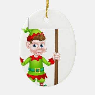 Duende del navidad que lleva a cabo la muestra adorno navideño ovalado de cerámica