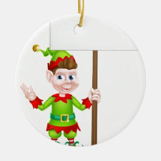 Duende del navidad que lleva a cabo la muestra adorno navideño redondo de cerámica