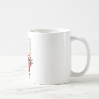 Duende del navidad que lleva a cabo una muestra taza de café