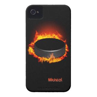 Duende malicioso de hockey ardiente Case-Mate iPhone 4 coberturas