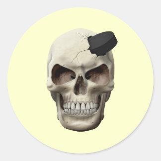 Duende malicioso de hockey en cráneo etiquetas redondas