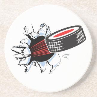 duende malicioso de hockey que rasga a través posavasos diseño