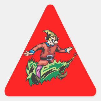 Duende que se sienta en el árbol de navidad pegatina triangular