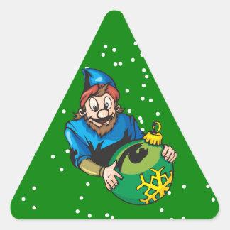 Duende que sostiene el ornamento del navidad pegatina triangular