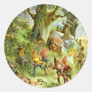 Duendes y gnomos en el bosque mágico oscuro pegatina redonda