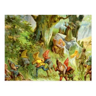 Duendes y gnomos en el bosque mágico oscuro tarjeta postal