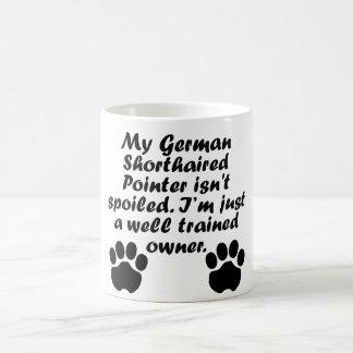Dueño alemán bien entrenado del indicador de pelo taza mágica