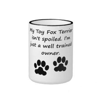 Dueño bien entrenado del fox terrier del juguete taza