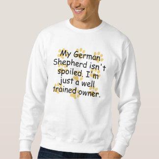 Dueño bien entrenado del pastor alemán sudaderas encapuchadas