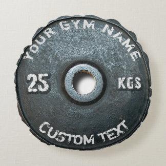 Dueño o usuario del gimnasio del vintage con la cojín redondo