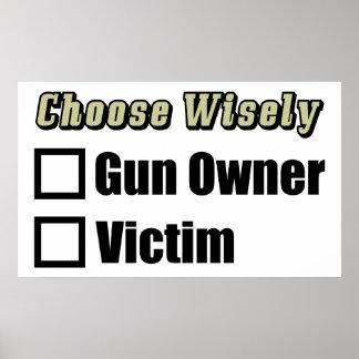 Dueño o víctima de arma póster