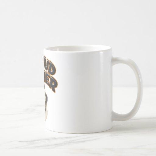 Dueño orgulloso de un barro amasado taza de café