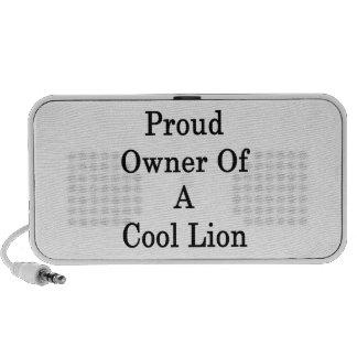 Dueño orgulloso de un león fresco altavoz de viajar