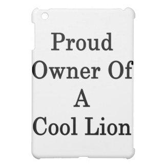 Dueño orgulloso de un león fresco