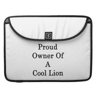 Dueño orgulloso de un león fresco funda para macbooks