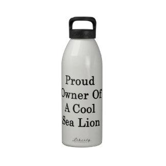 Dueño orgulloso de un león marino fresco botella de agua reutilizable