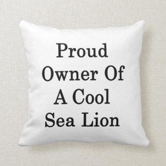 Dueño orgulloso de un león marino fresco almohadas