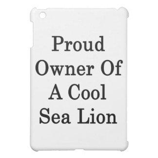 Dueño orgulloso de un león marino fresco