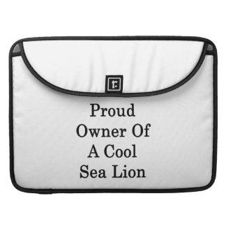 Dueño orgulloso de un león marino fresco funda para macbook pro