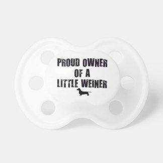 Dueño orgulloso de un pequeño Weiner Chupetes De Bebé