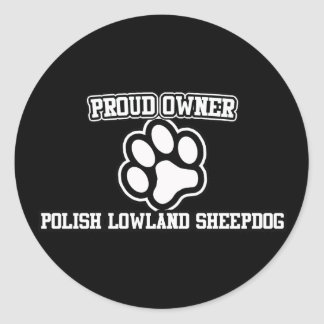 Dueño orgulloso de un perro pastor polaco de la etiquetas redondas