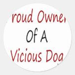Dueño orgulloso de un perro vicioso pegatina redonda