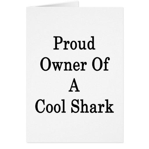 Dueño orgulloso de un tiburón fresco felicitaciones