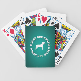 Dueño orgulloso del perro baraja cartas de poker